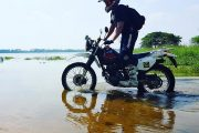 Kör motorcykel på en strand på Sri Lanka